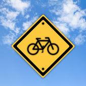 Sinal de tráfego de bicicleta no fundo do céu bonito. — Fotografia Stock