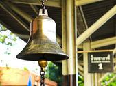 Alte glocke im bahnhof, thailand. — Stockfoto
