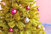 Primer plano del árbol de navidad decorado — Foto de Stock