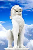 Starožitný guardian lev sochy na pozadí modré oblohy. — Stock fotografie