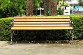 Houten bench in een stadspark — Stockfoto