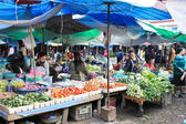 VANG VIENG, LAOS - FEB 1 : Local people in the market of Vang Vi — Stock Photo