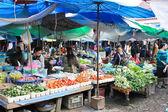 VANG VIENG, LAOS - FEB 1 : Local people in the market of Vang Vi — Stock Photo