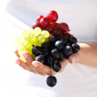 Juicy, sunny grapes in hand — Stock Photo