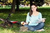En tjej som läst en sammanfattning av parken — Stockfoto