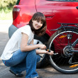 The girl inflates a wheel — Foto Stock