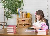 Chica escribir en cuaderno — Foto de Stock