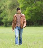 Mann zu Fuß — Stockfoto