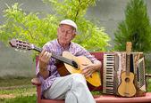 Senior man with guitar — Stock Photo