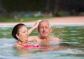 プール内のカップル — ストック写真