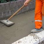 arbetstagaren utjämning färsk betong 2 — Stockfoto
