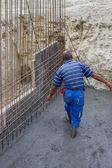 Travailleur de la construction à l'aide d'une corde pour la ligne directrice — Photo