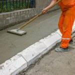 arbetstagaren utjämning färsk betong 4 — Stockfoto