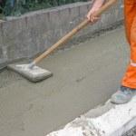 arbetstagaren utjämning färsk betong — Stockfoto