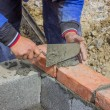 Foto Stock: Mlaying concrete block and bricks wall 2