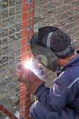 Schweißer, die arbeiten zur installation eines metall-zaun-5 — Stockfoto