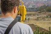 Land surveyor behind theodolite — Foto de Stock