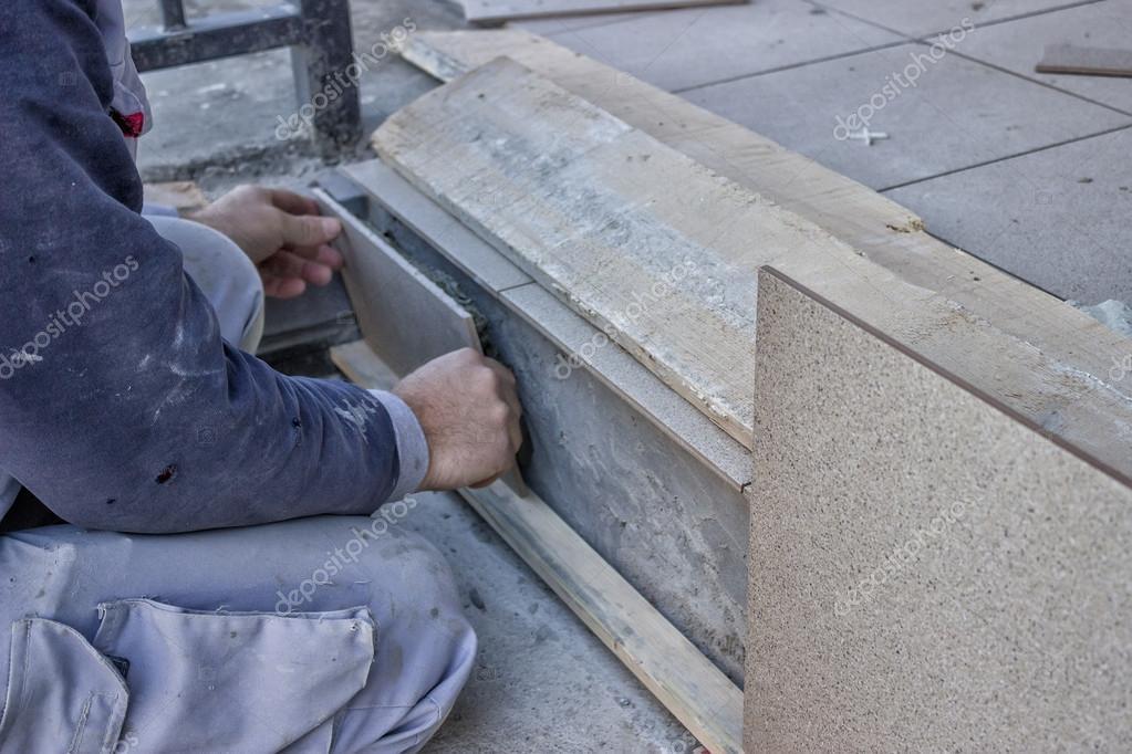 Trabajador instalar escaleras de cer mica azulejos foto for Escaleras baldosas ceramica
