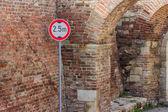 レンガの壁の前で低クリアランスの交通標識 — ストック写真