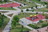 Çocuklar parkta yukarıda da görüleceği yer Çal — Stok fotoğraf