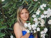白い花を持つ美しい女性. — Stock fotografie