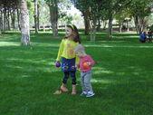 Schwester und bruder im park. — Stockfoto