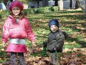 Zus en broer in herfst park n 13. — Stockfoto