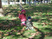 Sister and brother in autumn park N 12. — Foto Stock