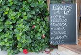 Anuncio de pizarra de restaurante de mariscos en español — Foto de Stock