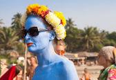 A woman with blue skin in a flower wreath at the annual festival, Arambol beach, Goa, India, February 5, 2013. — Stock Photo