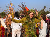 A man in a green suit made of natural materials at the annual festiva, Arambol beach, Goa, India, February 5, 2013. Participants, spectators and all the tourists have fun with a lovely mood. — Foto de Stock