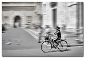 Woman ridding a bicycle in Italy, Lucca — Stock Photo