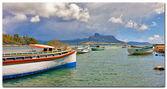 Tekneler ve dağ — Stok fotoğraf