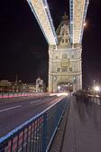 Tower bridge london england med gatutrafik — Stockfoto