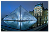 The kings palace louvre with its famous pyramid — Stock Photo