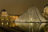 The kings palace louvre with its famous pyramid — Stok fotoğraf