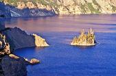 Bonito lago de cratera e ilha de assistente — Foto Stock