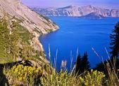 Güzel bir krater gölü manzarası — Stok fotoğraf