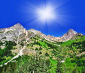 A view from North Cascades Hwy and the sun at background — Stock Photo