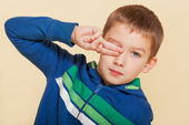 Young boy covering his eye. — Stock Photo