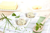 Productos lácteos. mantequilla y mantequilla de hierbas en mesa de madera. — Foto de Stock