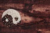 černé a bílé rýže, které tvoří symbol jin jang. — Stock fotografie