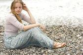 美丽的金发女郎,有着卷曲的头发,在海滩上。乡村风格 — 图库照片