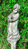 Boy standing old statue — Photo