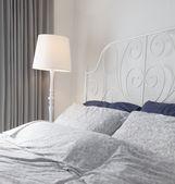 Moderna habitación doble con pared gris — Foto de Stock