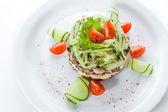 Originale salade végétarienne avec concombres et tomates — Photo