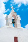 Glockenturm am blauen himmel auf der insel mykonos, griechenland — Stockfoto