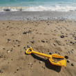 Spade on beach — Stock Photo