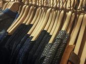 Kleidung auf kleiderbügel — Stockfoto
