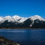 ciel bleu azur et montagnes enneigées autour du bras de turnagain dans le grand désert d'Alaska — Photo